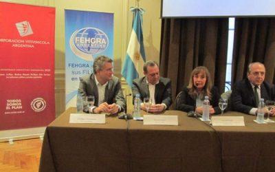 El ministro de Agroindustria, Luis Miguel Etchevehere, y el ministro de Turismo de la Nación, Gustavo Santos, encabezaron el acto, junto a las autoridades de FEHGRA y COVIAR.