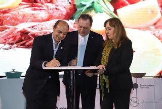 En la feria Caminos y Sabores, el ministro Santos firmó un acuerdo con el sector hotelero para mantener los precios