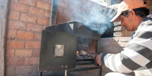 Cien familias del bosque nativo recibieron cocinas a leña eficientes