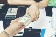 Dólar vuela y se vende a 65 pesos en algunos bancos