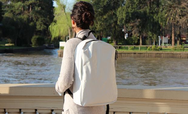 Moda sustentable: reciclan silo bolsas para crear mochilas y carteras