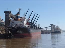 La bajante del Paraná condiciona la carga de buques de trigo en temporada pico