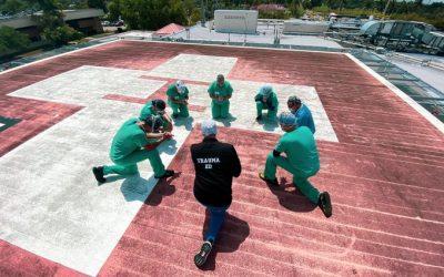 VIRAL: Enfermeros rezan en techo de hospital antes de atender pacientes con coronavirus